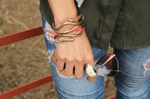 detalles-de-pulseras-lentes-y-jeans-rotos